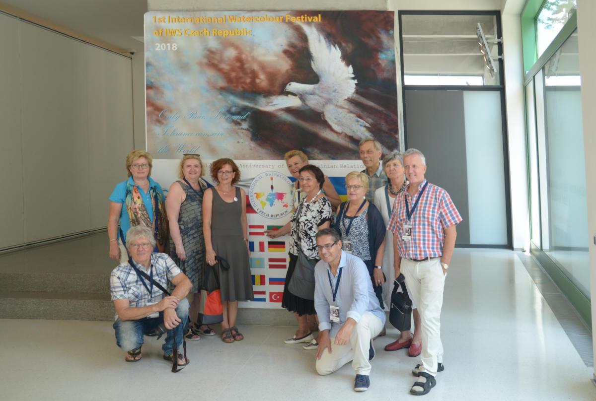 IWS Österreich Gruppe vor Plakat